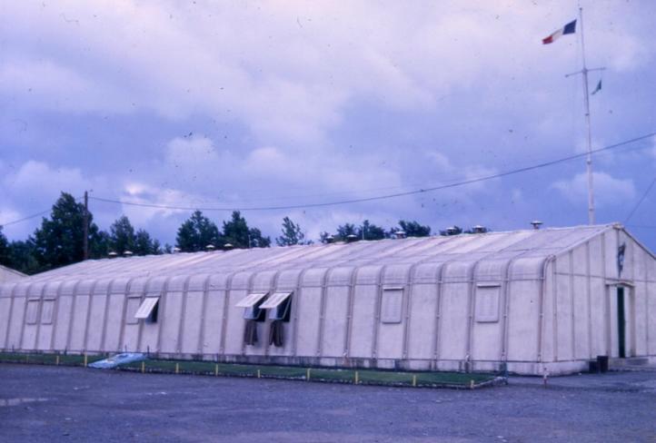 VISITE du Camp d'IDRON en 1974, un premier pas vers l'AMICALE des anciens du 1er RCP en 1979. Batiment%20rasura%2010052007